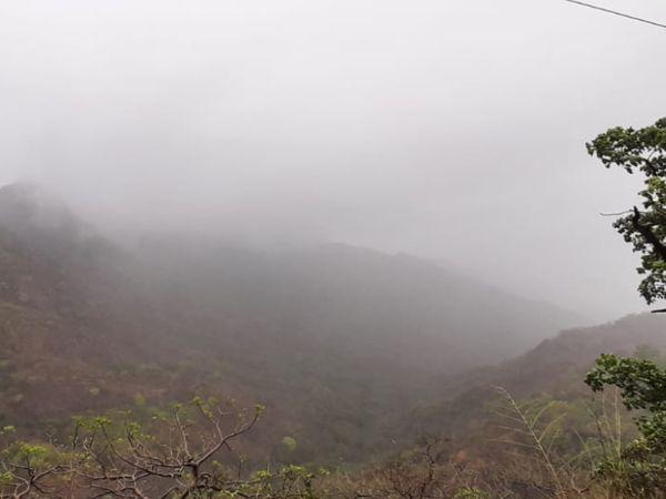 माउंट आबू में बादल छाने और बारिश होने मौसम खुशनुमा हो गया।