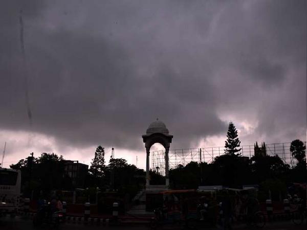 बिहार के कई जिलों में भारी बारिश की चेतावनी जारी की गई है।