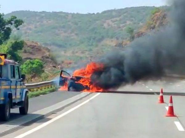 दमकल विभाग की गाडी के मौके पर पहुंचने से पहले ही पूरी कार जलकर खाक हो गई। - Dainik Bhaskar