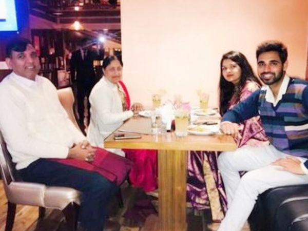 मां और पिता के साथ भुवनेश्वर कुमार और उनकी पत्नी नूपुर नागर।