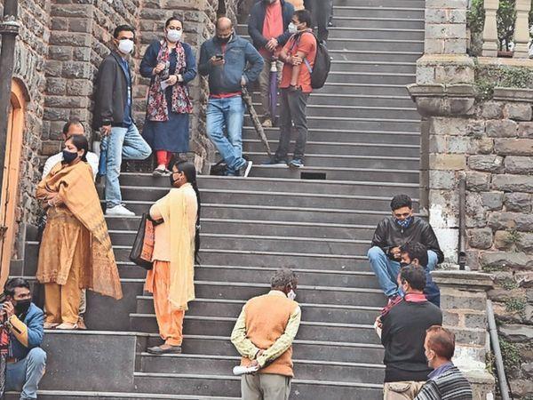 शिमला टाउन हॉल में वैक्सीन लगाने के लिए लगी लाइनें। - Dainik Bhaskar