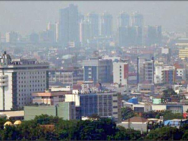 प्रदूषण में घिरा जकार्ता शहर। - Dainik Bhaskar