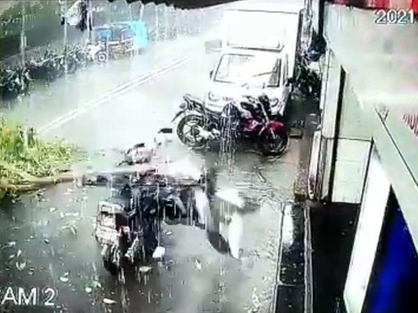 यह घटना एक किराना शॉप के बाहर लगे CCTV कैमरे में कैद हुई है। इसमें पेड़ को गिरते देखा जा सकता है। - Dainik Bhaskar