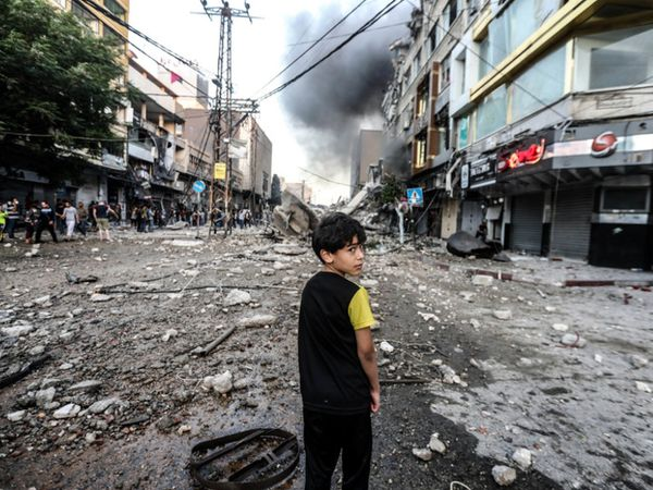 इजराइल के हवाई हमलों में गाजा पट्टी को काफी नुकसान हुई है। यहां अब बुनियादी सुविधाओं का भी अभाव है। - Dainik Bhaskar