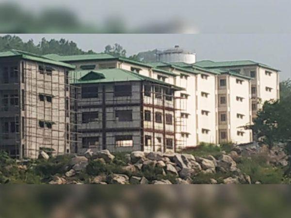 धर्मशाला महानगर में चराण के निकट केंद्र सरकार की स्कीम IHSDP के जरूरतमंद परिवारों के लिए बनाए जा रहे मकान। - Dainik Bhaskar