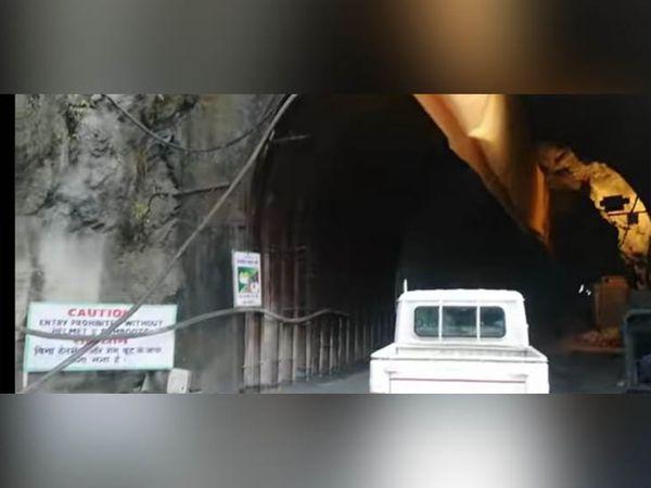 कुल्लू में पार्वती जल विद्युत परियोजना के चरण दो में टनल पर मौजूद रेस्क्यू टीम की गाड़ी। - Dainik Bhaskar