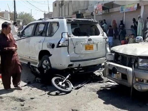 धमाके में कुछ गाड़ियों और दुकानों को भी नुकसान पहुंचा है। - Dainik Bhaskar