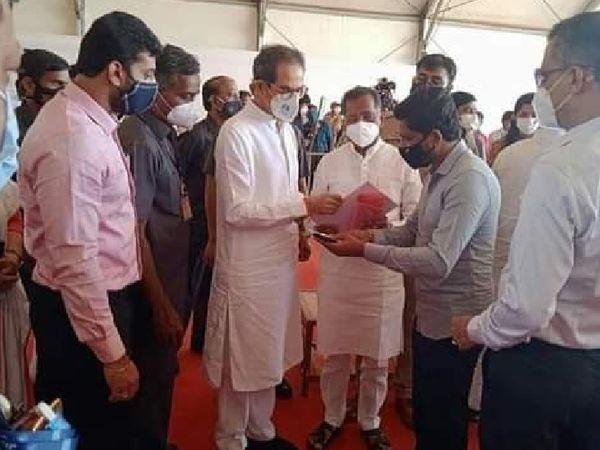 रत्नागिरी पहुंचे CM उद्धव ठाकरे प्रभावित लोगों से बात करते हुए। - Dainik Bhaskar