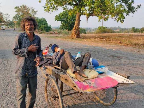 लॉकडाउन के चलते कोई गाड़ी नहीं मिल रही थी। रिक्शेवाले ने की मदद।