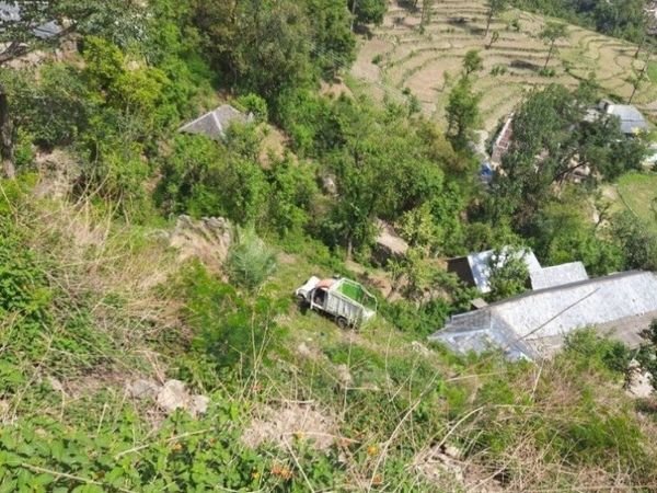 खाई में गिरने के बाद क्षतिग्रस्त जीप। - Dainik Bhaskar