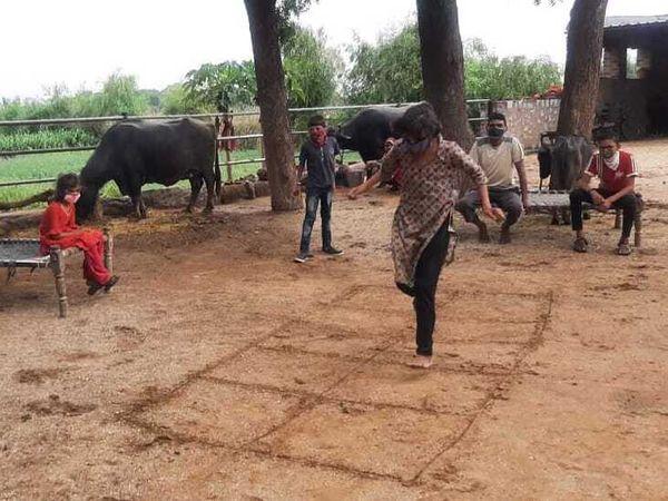 खेत में क्वारैंटाइन हुआ एक परिवार।