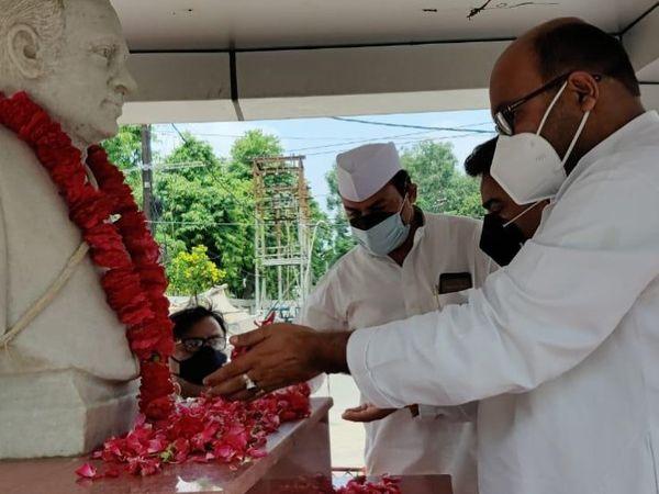 राजीव गांधी के चित्र पर पुष्प अर्पित करते अजय कुमार लल्लू। - Dainik Bhaskar