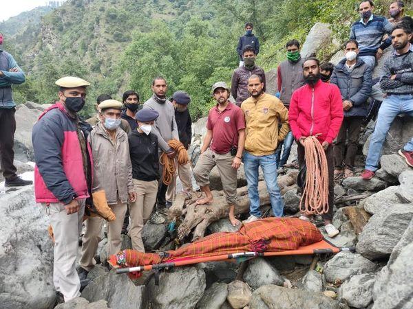 पार्वती नदी से निकाला गया महिला का शव। - Dainik Bhaskar