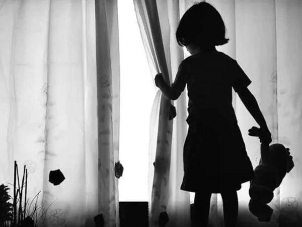 पुलिस इस बात की जांच कर रही है कि आरोपी ने और कितनी बच्चियों संग ऐसी हरकत की है-प्रतीकात्मक फोटो। - Dainik Bhaskar