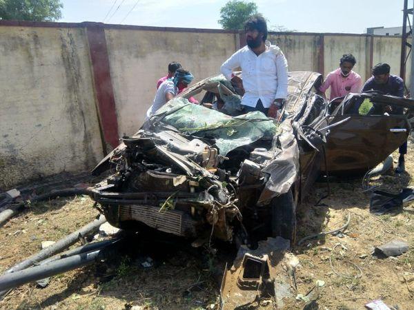 दुर्घटनाग्रस्त होने के बाद चकनाचूर हुई कार। - Dainik Bhaskar