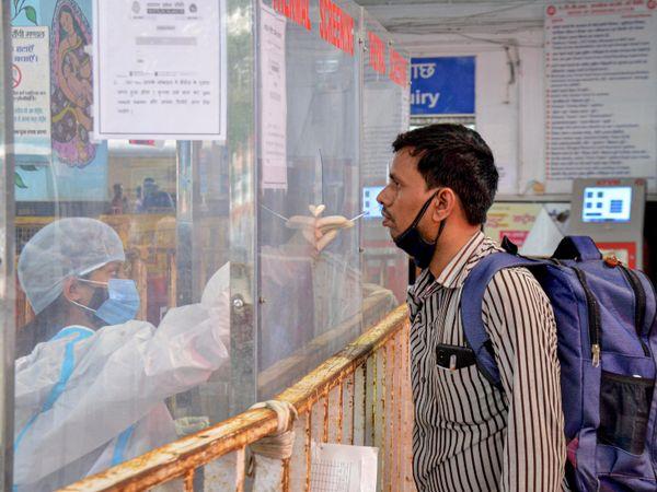 यह फोटो झारखंड के हतिया रेलवे स्टेशन की है। यहां महाराष्ट्र से आने वाले प्रवासी मजदूरों की कोरोना जांच की जा रही है। - Dainik Bhaskar