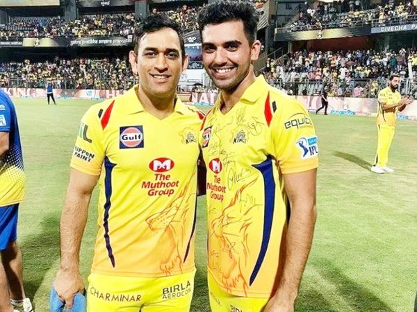 Chahar (right) has said in an interview that Dhoni made him a power-play bowler.  - Dainik Bhaskar