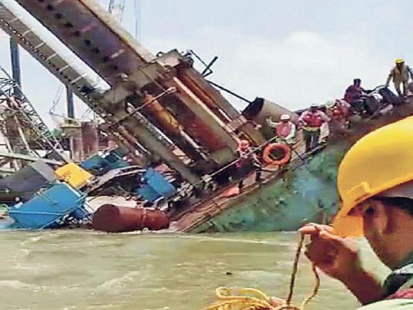 मुंबई में समुद्र से लोगों को निकालने का रेस्क्यू अभी जारी है।