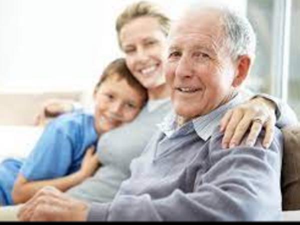 कई समाजशास्त्री और मनोवैज्ञानिक मानते हैं कि परिवारों के बीच अलगाव बढ़ता जा रहा है। - Dainik Bhaskar
