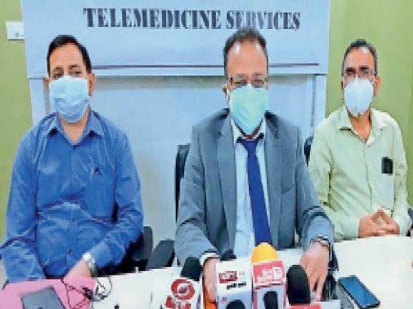 बिलासपुर के कोठीपुरा स्थित एम्स में पत्रकारों से बातचीत करते निदेशक डाॅ. वीर सिंह नेगी। - Dainik Bhaskar
