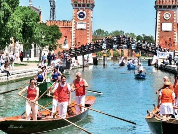 तस्वीर इटली की, जहां विदेशी पर्यटकों से नहरें गुलजार होने लगी हैं। - Dainik Bhaskar