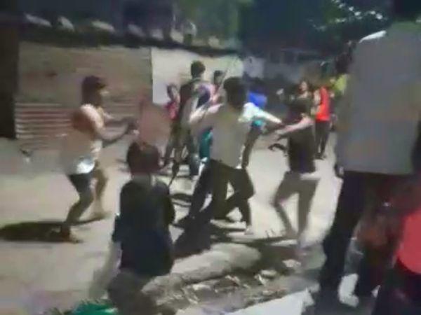इस पूरी मारपीट का एक वीडियो सामने आया है। जिसमें दोनों पक्ष जमकर मारपीट करते हुए नजर आ रहे हैं। - Dainik Bhaskar