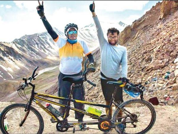 लद्दाख में आयोजित एक साइकिलिंग इवेंट में टेंडम बाइक के साथ विनीत सरायवाला (दाएं)। - Dainik Bhaskar