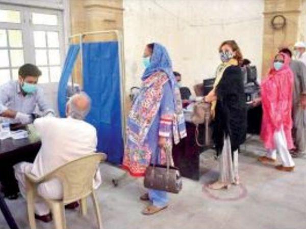 घंटों लाइन में लगे रहने के बाद भी लोगों को वैक्सीन नहीं लग पा रही है। - Dainik Bhaskar