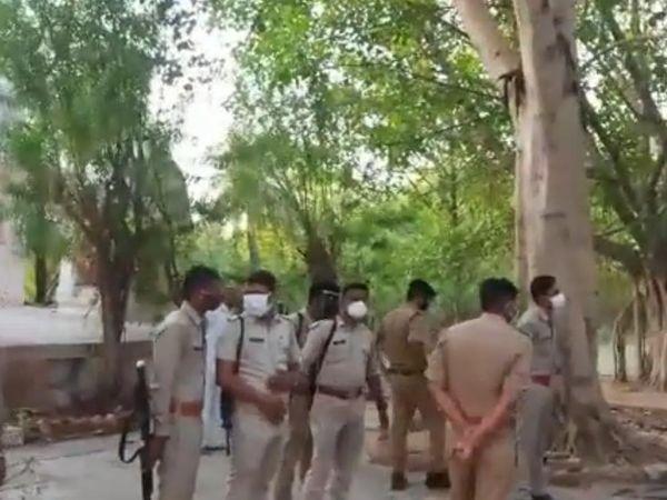 घटनास्थल पर जांच करने पहुंची पुलिस। - Dainik Bhaskar