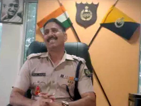 कांगड़ा के SSP विमुक्त रंजन लूट की वारदात के आरोपियों की गिरफ्तारी के बारे में जानकारी देते हुए। - Dainik Bhaskar