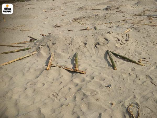 शवों के किनारे लगे डंडे तोड़ दिए गए।