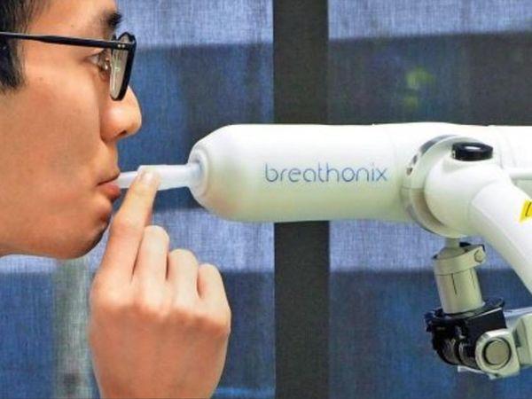मशीन का सॉफ्टवेयर इस सांस को संक्रमित व्यक्ति (पॉजिटिव) की सांस से मिलाता है और तुलनात्मक अध्ययन कर कुछ ही मिनटों में रिपोर्ट दे देता है। - Dainik Bhaskar