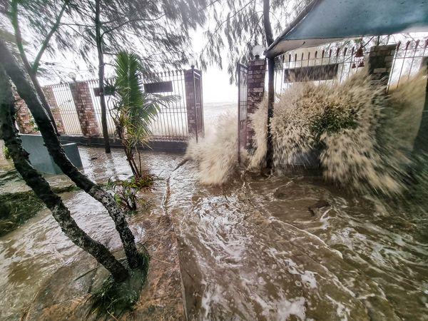 ओडिशा के बालासोर जिले के चांदीपुर जिले में यास तूफान ने समंदर का जलस्तर बढ़ा दिया। यहां सैकड़ों घरों में समुद्र का खारा पानी भर गया और लोग घबराकर छतों पर चढ़ गए।