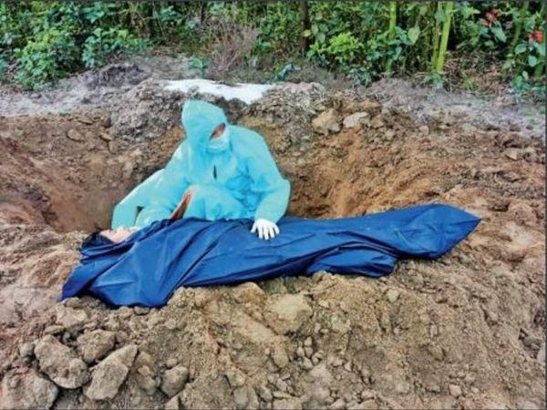 10 दिन पहले की तस्वीर, जब बेटी ने मां को अकेले दफनाया था।