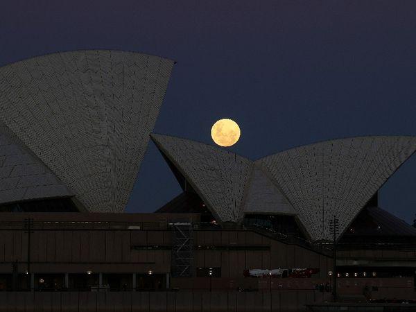 ऑस्ट्रेलिया में सिडनी ओपेरा हाउस के पीछे चंद्र ग्रहण का नजारा।