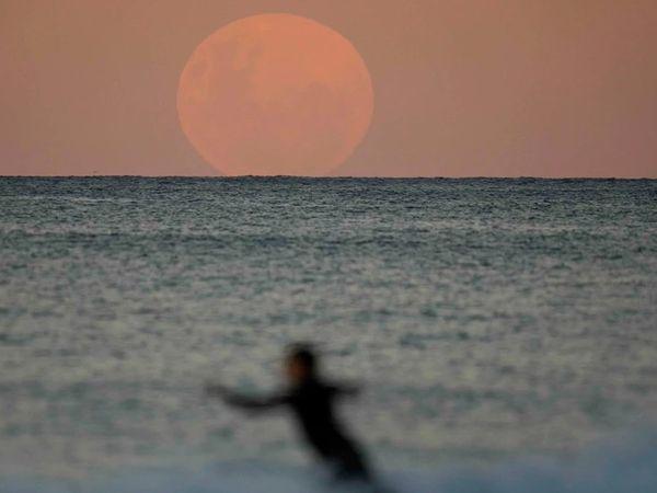 ऑस्ट्रेलिया में समुद्र किनारे चांद का कुछ इस तरह खुबसूरत नजारा दिखा।