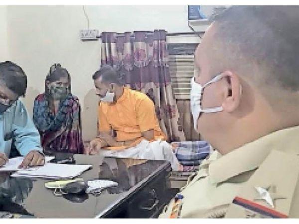 यमुनानगर। हमीदा चौकी में पहुंचे हिन्दू संगठन के वर्कर और  लड़की के बयान दर्ज करती पुलिस। - Dainik Bhaskar