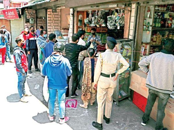 शिमला के बालूगंज बाजार में खरीदारी करने पहुंचे लोग। - Dainik Bhaskar