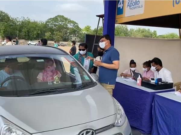 अहमदाबाद नगर निगम द्वारा पहले आरटी-पीसीआर टेस्ट के लिए ड्राइव-थ्रू टेस्ट का अभियान चलाया गया था।