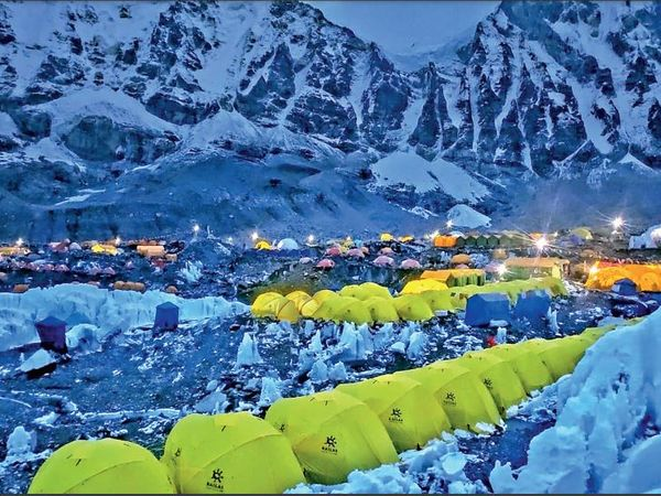 यहां दुनियाभर से पहुंचे पर्वतारोहियों ने टेंट सिटी बसा ली है। - Dainik Bhaskar