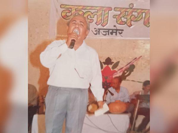 अजमेर में एक स्टेज पर मो. रफी का गीत गाते हुए तुलसीदास की फाइल फोटो।