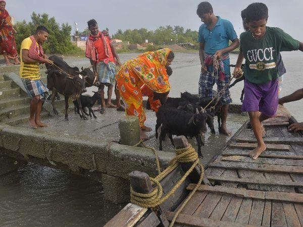 तस्वीर सुंदरवन के गोसाबा गांव की है। यहां तूफान ने ज्यादा नुकसान पहुंचाया। इस दौरान गांव के लोगों का रेस्क्यू कर उन्हें सुरक्षित स्थान पहुंचाया गया।