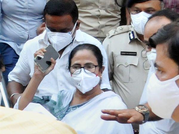 नारदा केस में फंसे अपने मंत्रियों की गिरफ्तारी के विरोध में 17 मई को बंगाल की CM ममता बनर्जी CBI ऑफिस पहुंच गई थीं। मामले में सियासी दखल के बाद CBI ने मामले को ट्रांसफर करने की अर्जी लगाई थी। - Dainik Bhaskar