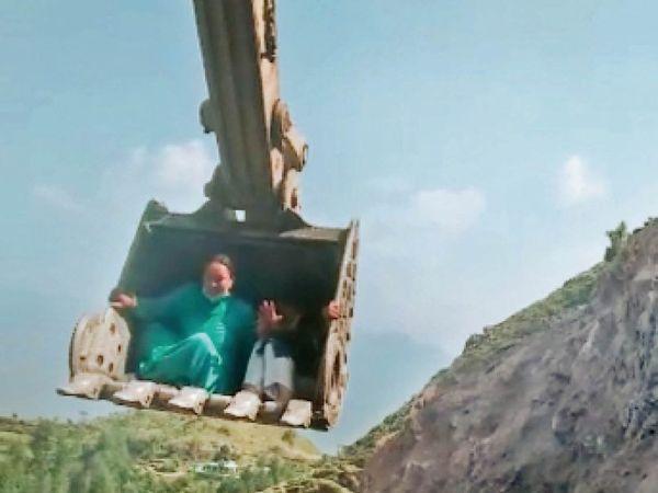 30 फुट की चढ़ाई पर जेसीबी के बकेट से पहुंचे - Dainik Bhaskar