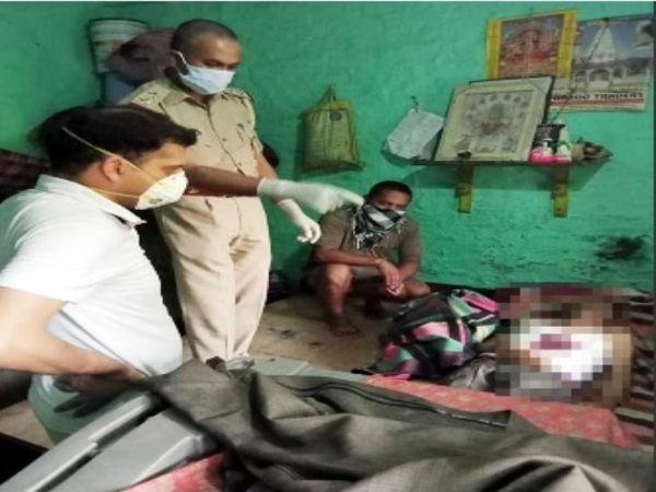 पुलिस दरवाजा तोड़कर घर के अंदर घुसी तो खून से सना शव मिला। - Dainik Bhaskar