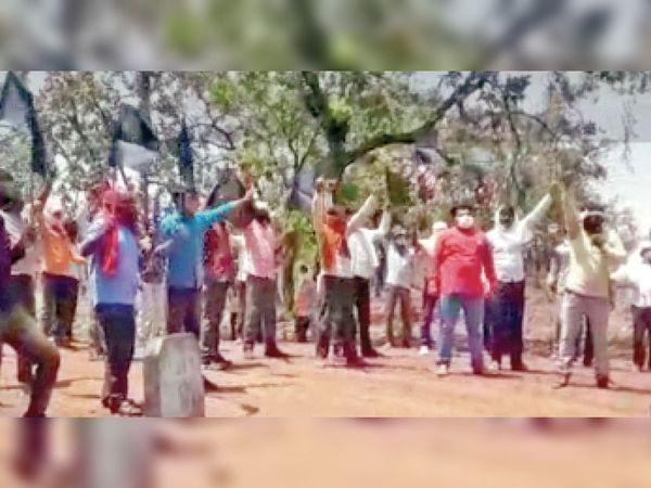 बकस्वाहा|जंगलों को बचाने की मुहिम तेज, काले झंडे दिखाकर विरोध करते ग्रामीण। - Dainik Bhaskar