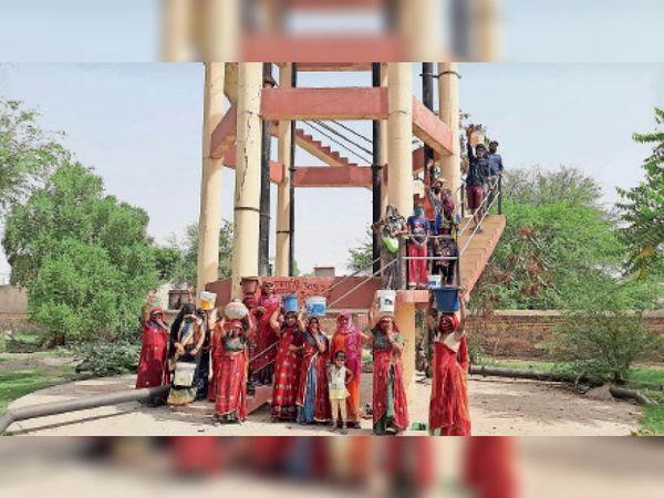 मंड्रेला. उच्च जलाशय के सामने प्रदर्शन करती महिलाएं। - Dainik Bhaskar