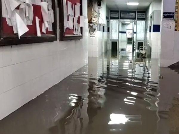 अस्पताल के अंदर घुसा गंदा पानी।