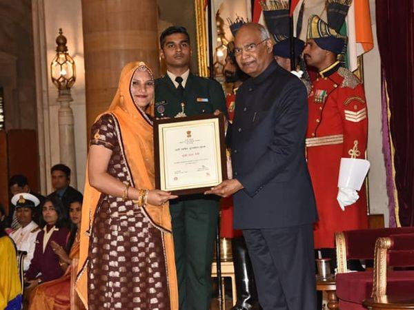 भारत के राष्ट्रपति रामनाथ कोविंद रूमा देवी को नारी शक्ति सम्मान से सम्मानित करते हुए। रूमा को साल 2018 के इस अवॉर्ड से नवाजा गया था।