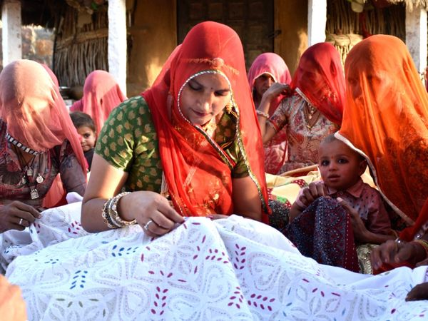 रूमा ने अपनी दादी से बचपन में ही सिलाई बुनाई और कशीदाकारी का काम सिखा था। शुरुआत में वे चादर पर कढ़ाई करके गांव में लोगों को देती थीं।